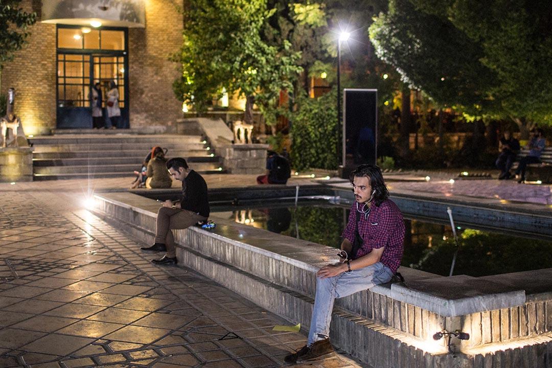 Hossein,二十八歲,待業藝術學校畢業生。他間中在「藝術家之家」公園內遊弋。攝:Arash Khamooshi/端傳媒