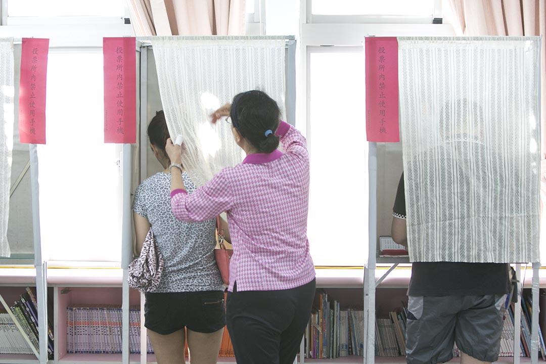 圖為2014年台灣九合一選舉,選民到票站投票。攝:Ashley Pon/Getty