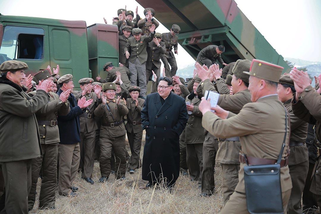 金正恩指導北韓人民軍儲備炮兵部隊進行新型大口徑火箭炮試射訓練。攝 : REUTERS/KCNA