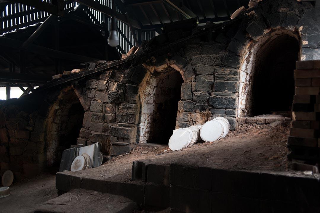 出西窯內的登窯。現今不少陶窯都設有已有煤氣登窯,但出西窯仍堅持以柴火燒陶。(攝:Kentaro Takahashi)