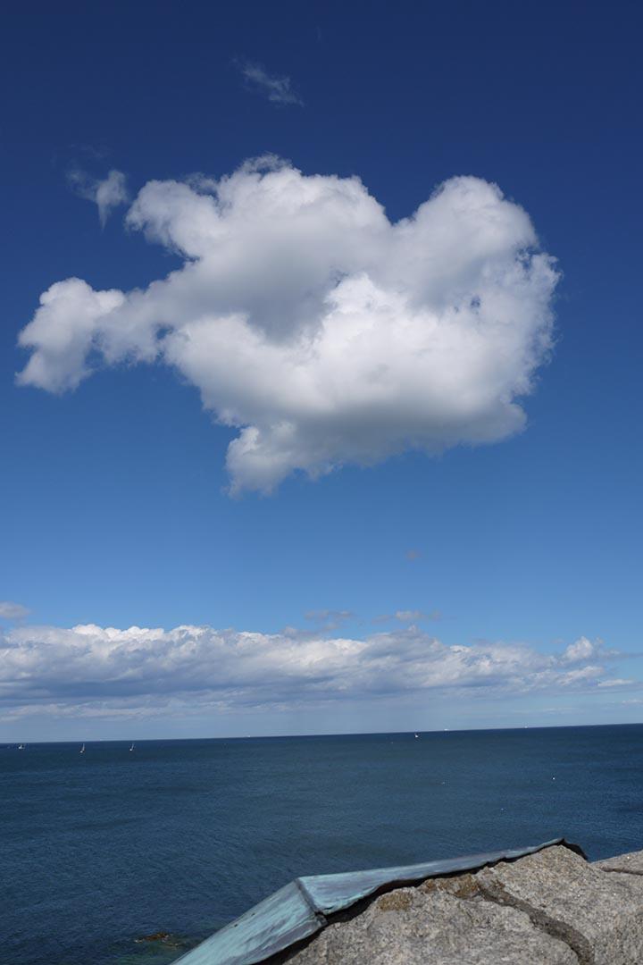 圓堡平台上什麼人也沒有,但天上有一大朵雲等着,一百零九年差一天的一朵雲,一動不動。攝:陳丹燕