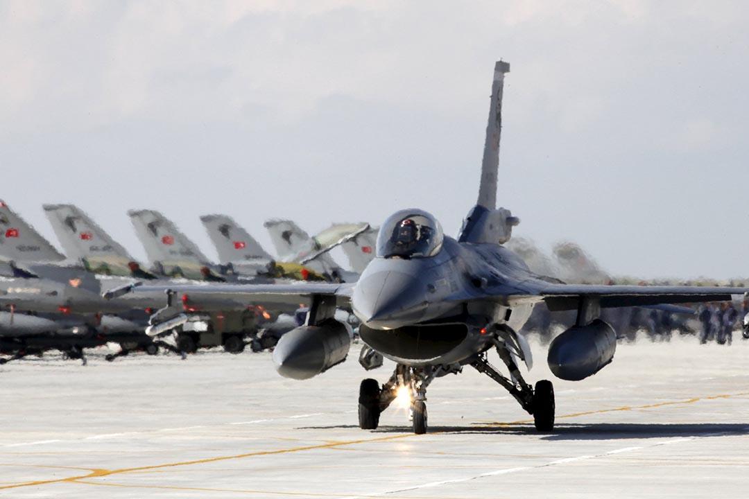 11月24日,土耳其在與敘利亞邊境附近擊落一架俄羅斯 Su-24 戰鬥機,稱該飛機侵犯了土耳其領空。圖為土耳其空軍的 F16 戰鬥機。攝 : Umit Bektas/REUTERS