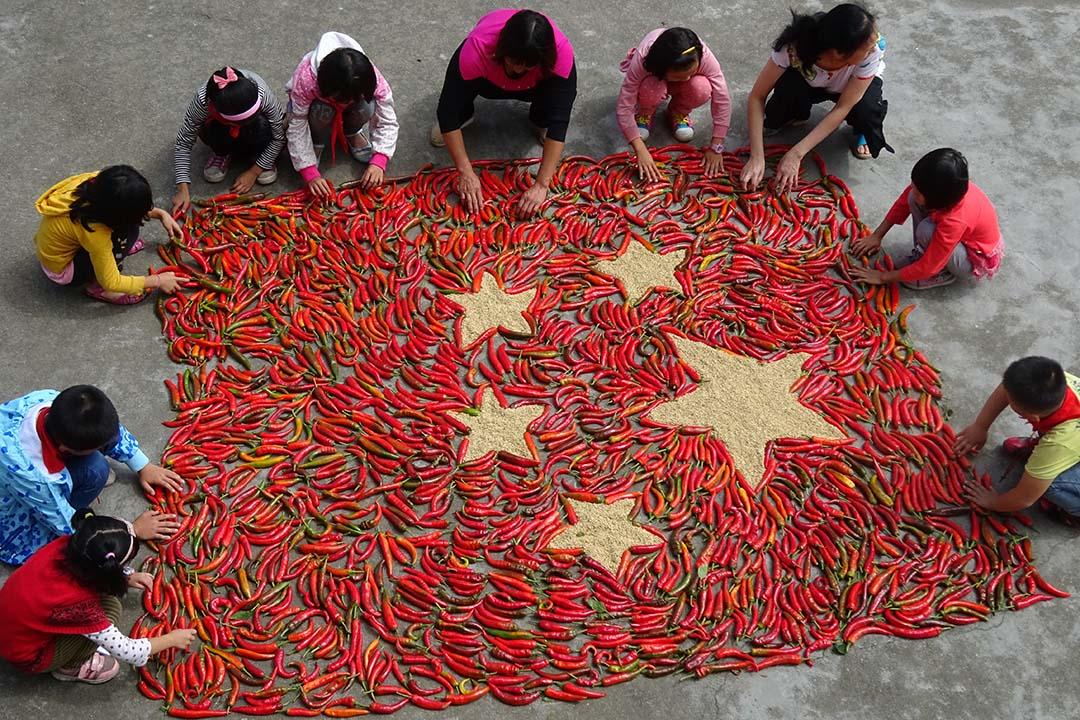 中國湖南省一條村莊學生用農作物砌出中國旗圖案。攝:ChinaFotoPress/ Getty