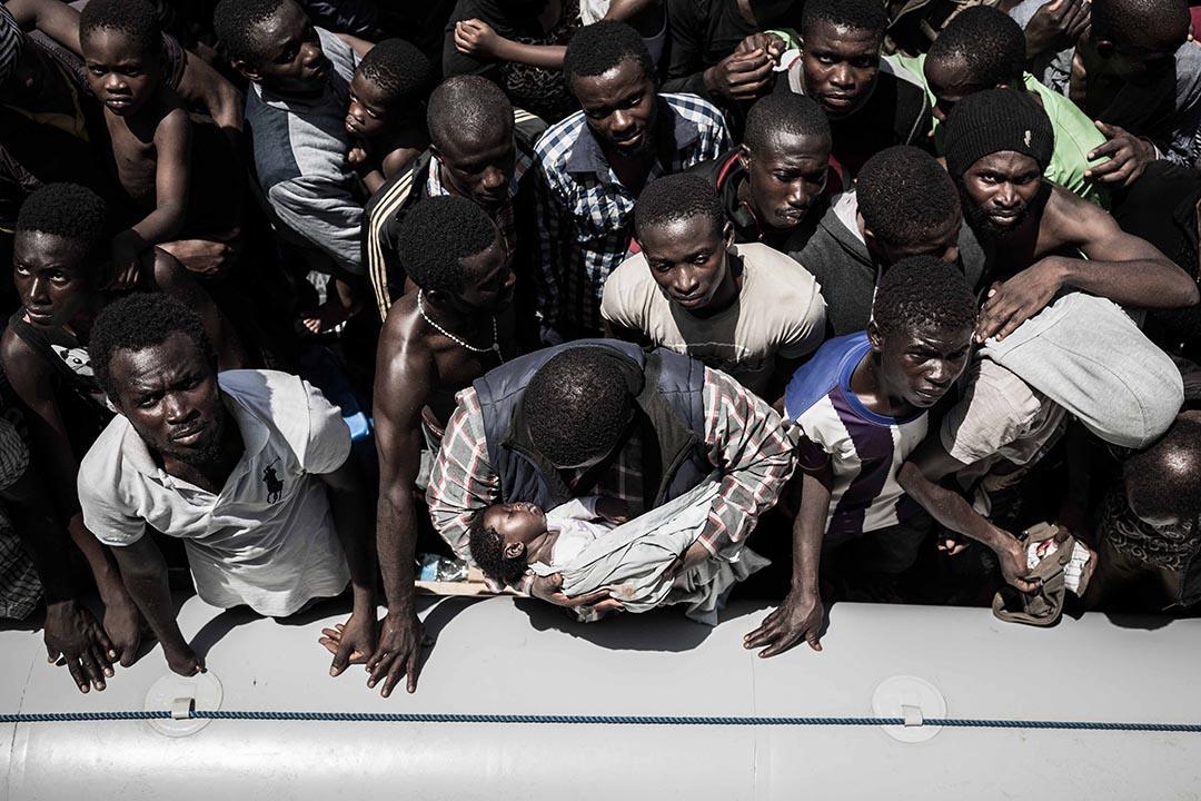 難民準備登上無國界醫生搜救船Bourbon Argos。攝:Christophe Stramba/MSF