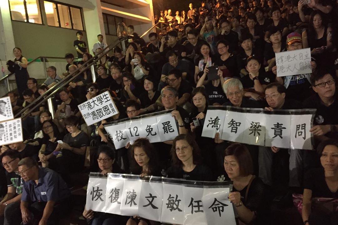 港大學生會、港大校友關注組,港大教師及職員會和18個專業團體,於10月9日晚在港大中山廣場發起黑衣集會。攝:林亦非/端傳媒