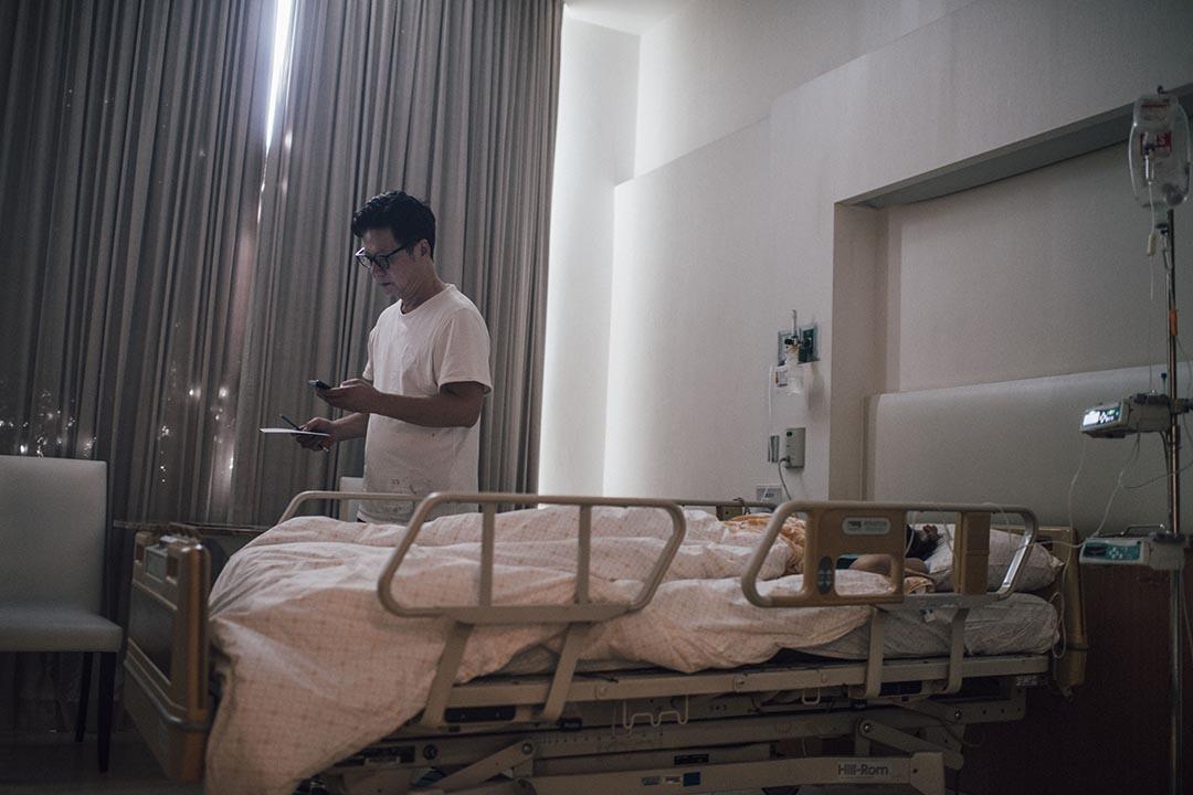 港人九歲女傷者的父親朱景芬在曼谷醫院陪伴受傷的女兒。攝:Anthony Kwan/端傳媒