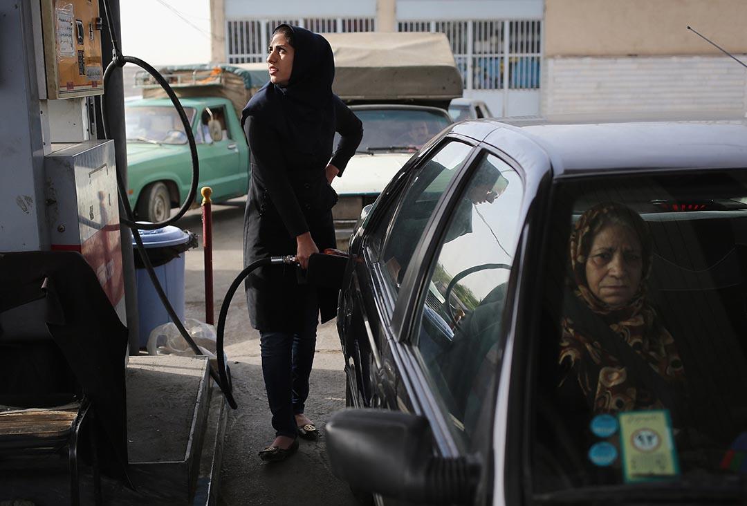 一名伊朗女子在油站加油。攝 : John Moore/GETTY