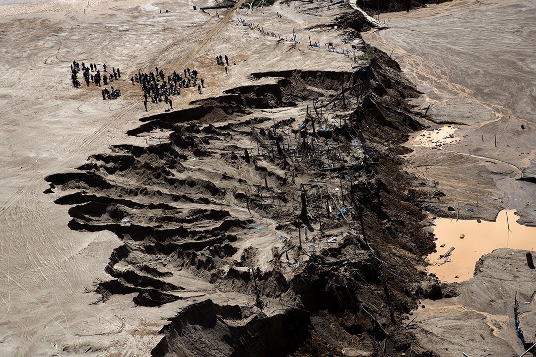 2015年8月12日,秘鲁警察在一個非法礦場附近站崗。攝: Rodrigo Abd/AP