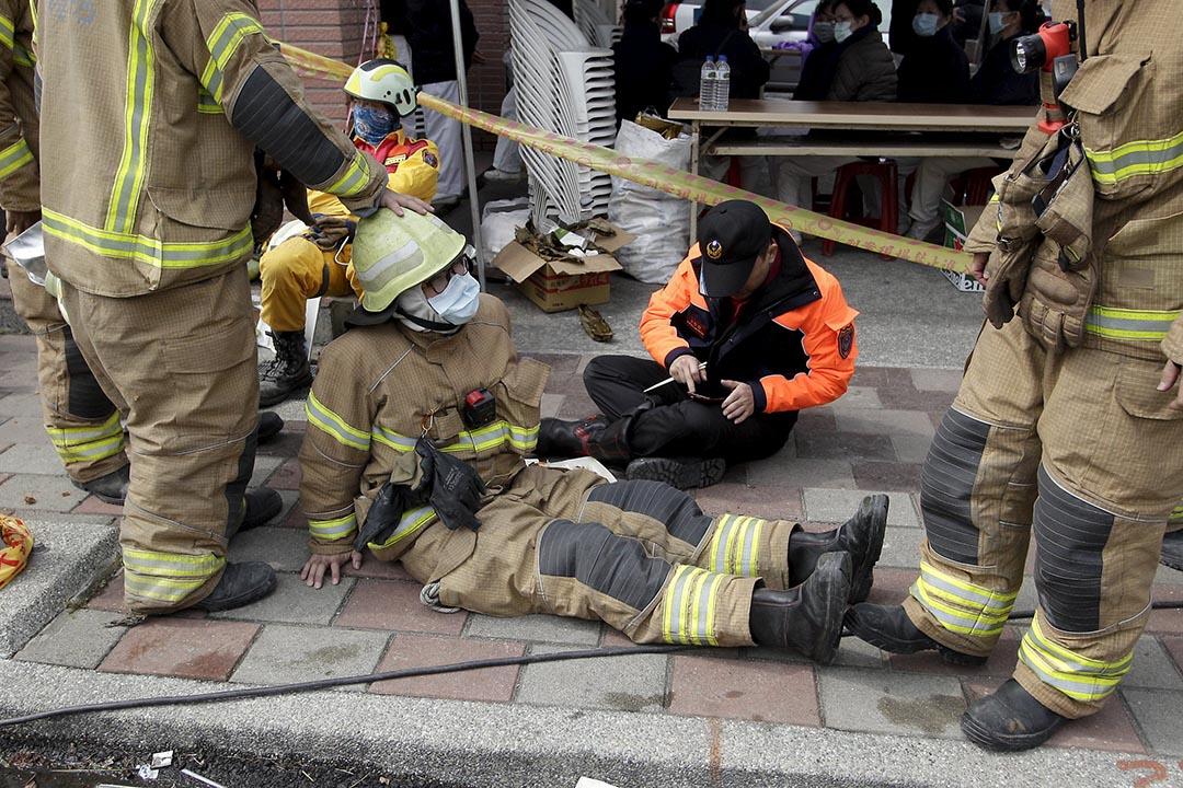 救援人員在路旁休息。攝 : Pichi Chuang/REUTERS