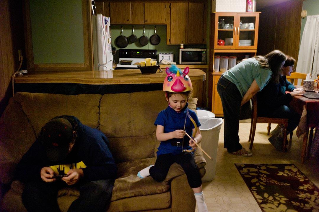 傍晚,Holly的母親,Mary,和她的侄兒,Hunter,常常會來她家一起共度家庭時光。攝 : Hai Zhang/端傳媒