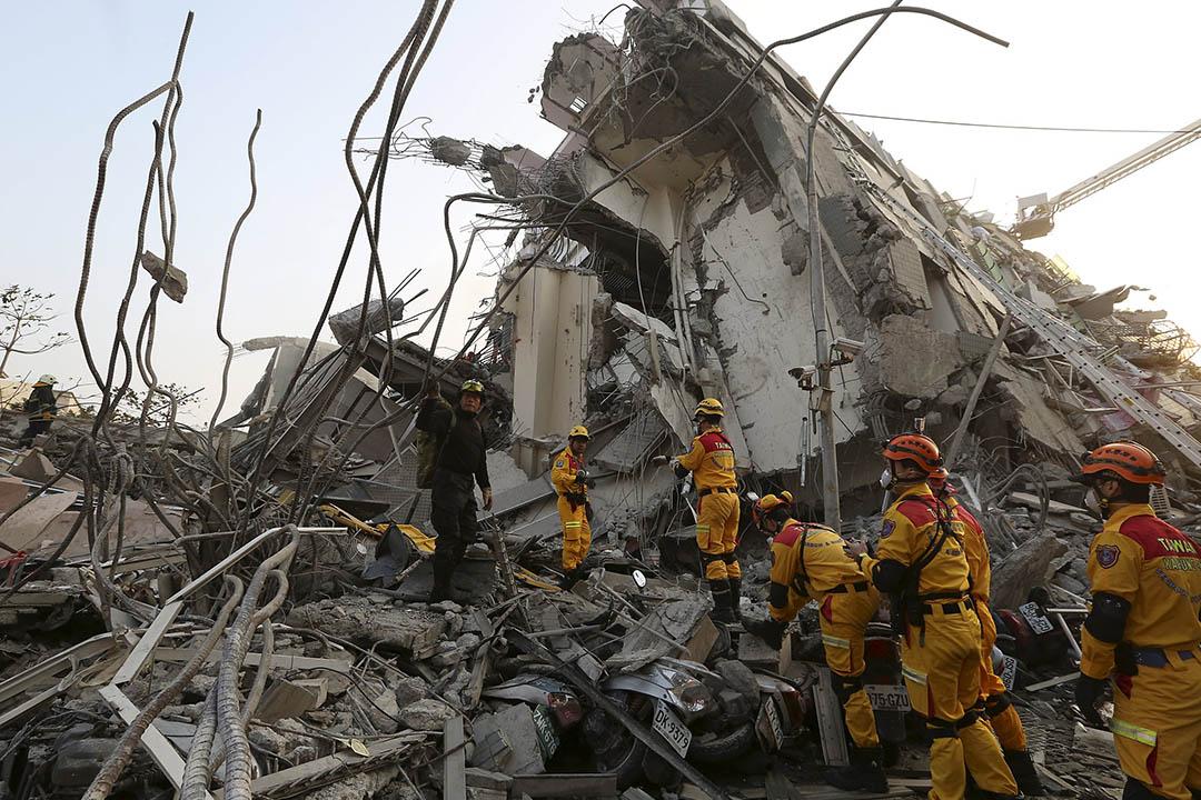 2016年2月6日,台南,一棟17層高樓房在地震後倒塌,救援人員在現場進行搶救。攝:Patrick Lin/REUTERS