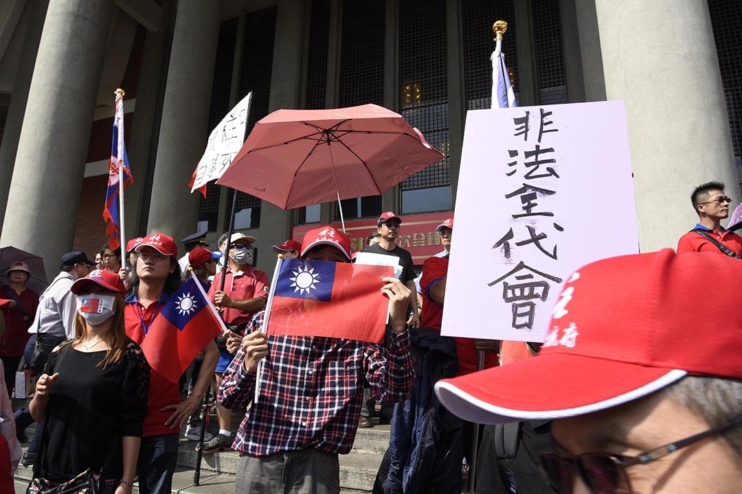 洪秀柱支持者在臨時全國黨代表大會外示威。攝 : 陳弘岱/端傳媒