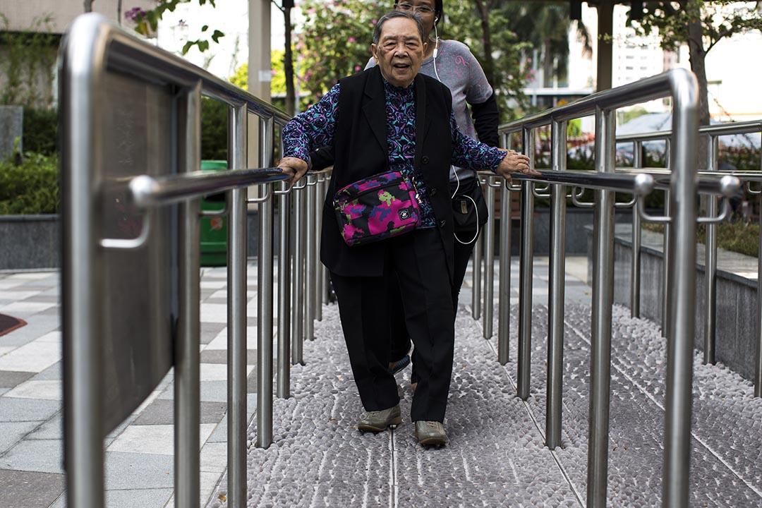 一名老人在公園做運動。攝:羅國輝/端傳媒