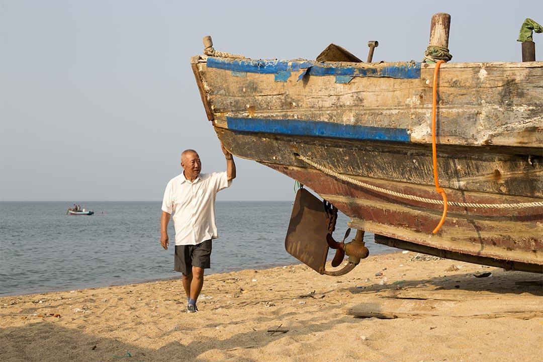 每一次出海意味著與海共生共存,紀元丕掌舵三十年,曾經的風浪與美好常駐心底。圖片由綠色和平中國提供