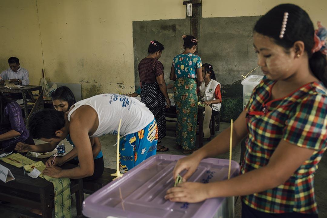 2015年11月8日,緬甸,Hlaingtharya區一所小學被借用為票站,選民填寫選票後把選票放進票箱。攝:Anthony Kwan/端傳媒