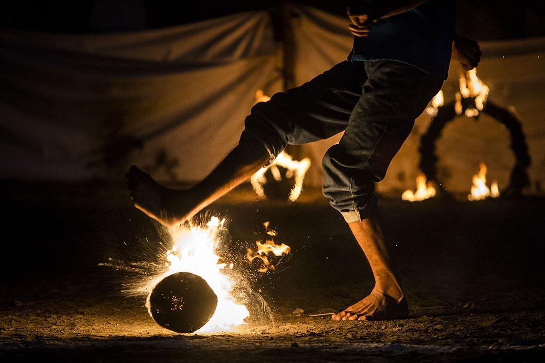 印尼一名男子參加一場稱為「火炎足球」的活動。