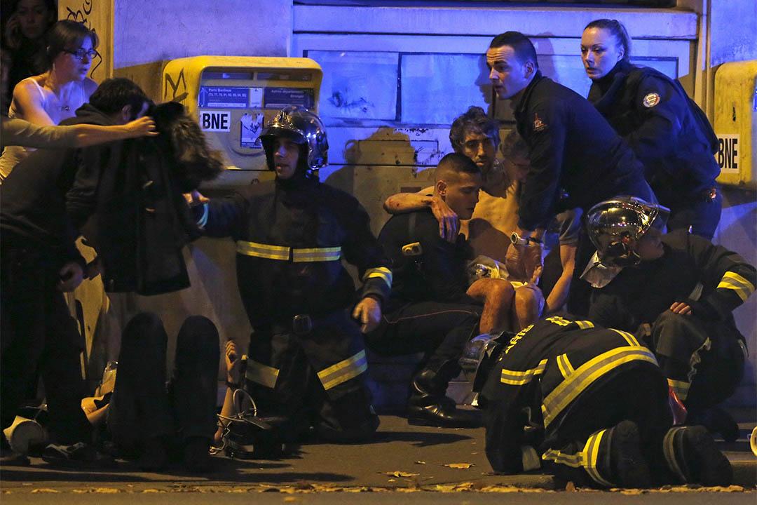 消防人員在Bataclan音樂廳附近為傷者進行急救。攝:Christian Hartmann/REUTERS