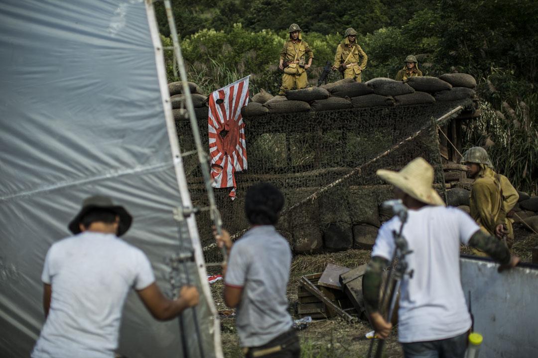 《共赴國難》劇組在橫店影視城一處以革命戰爭作背景的山頭拍攝日軍被國軍攻打的戲份。攝: 林亦非/端傳媒