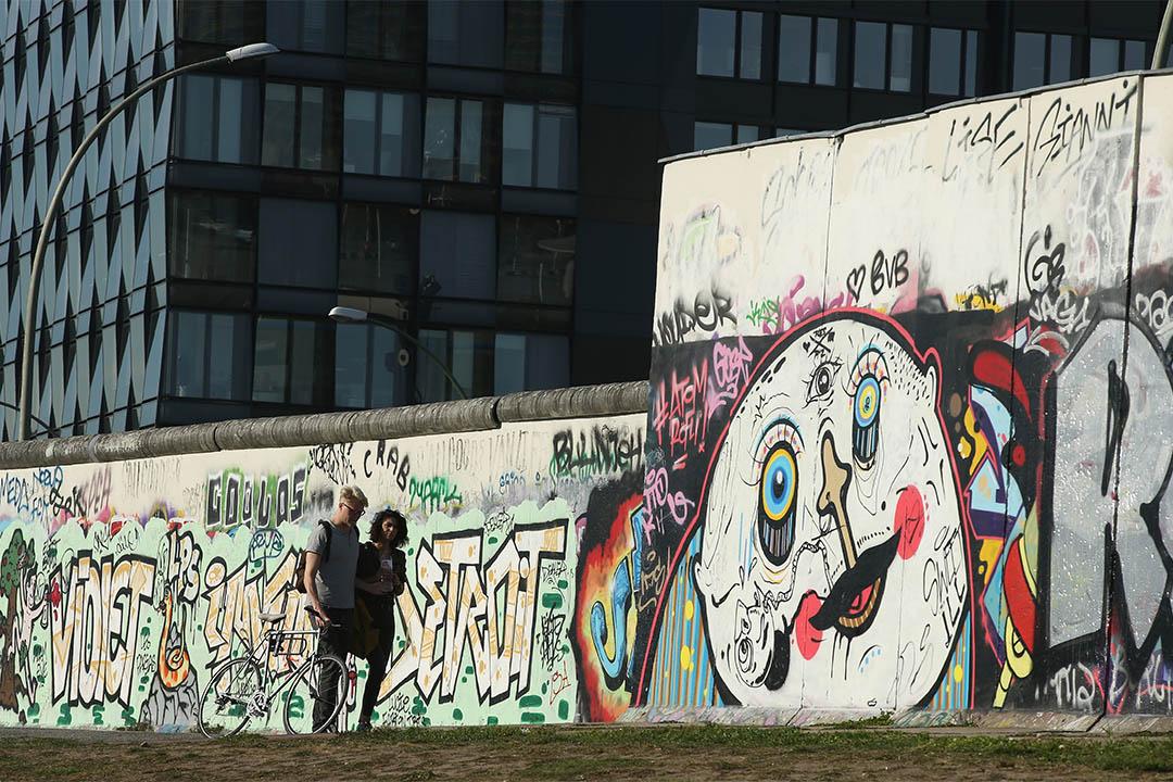 柏林圍墻「東邊畫廊」上的塗鴉作品。攝:Sean Gallup/Getty