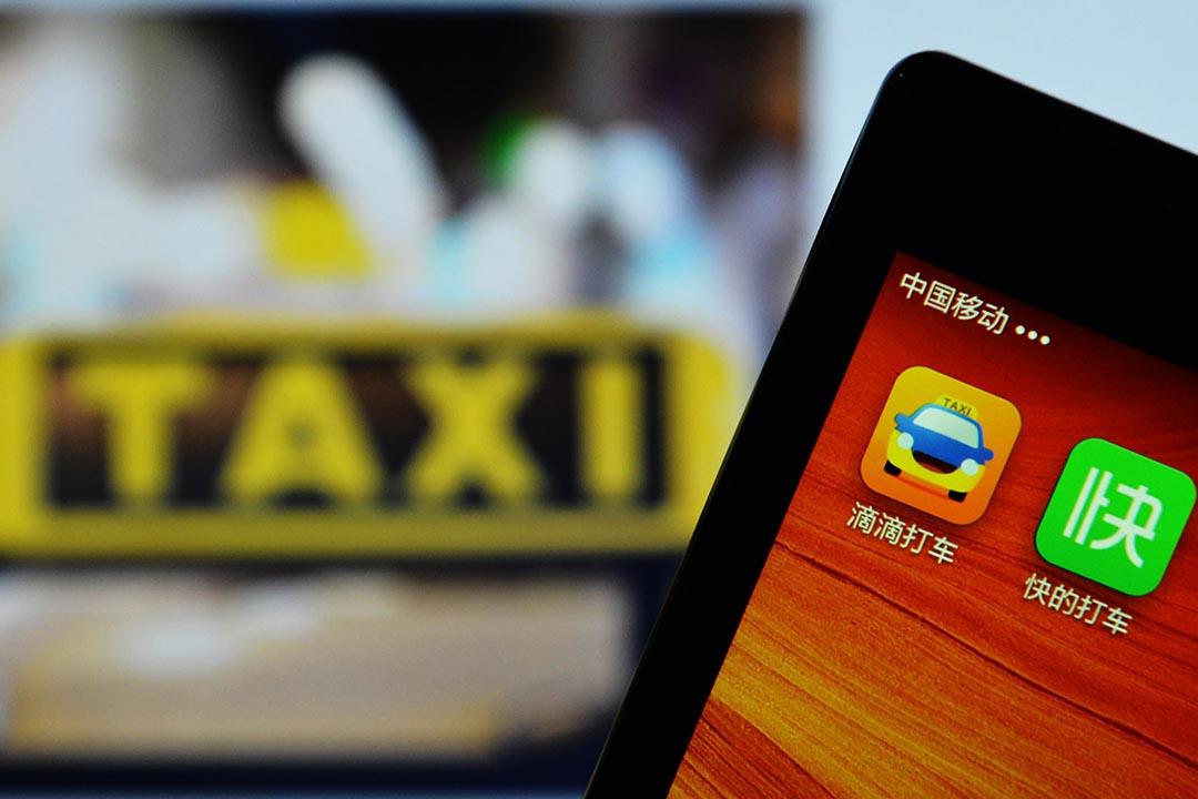 中國流行的手機電召的士流動應用程式「滴滴打車」及「快的」。攝:AFP