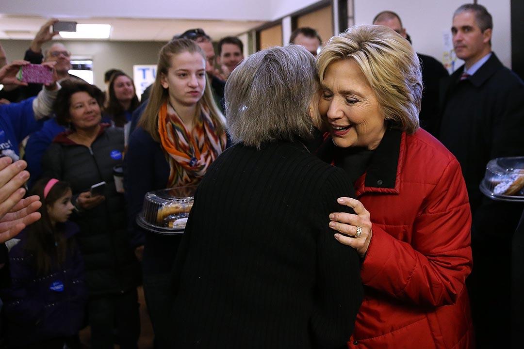 希拉莉探訪在艾奧瓦州競選總部的志願者。攝 : Justin Sullivan/GETTY