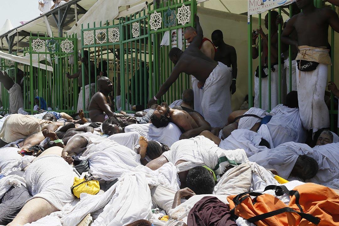 穆斯林朝聖者在現場擺放被壓致死的屍體。攝 : AP