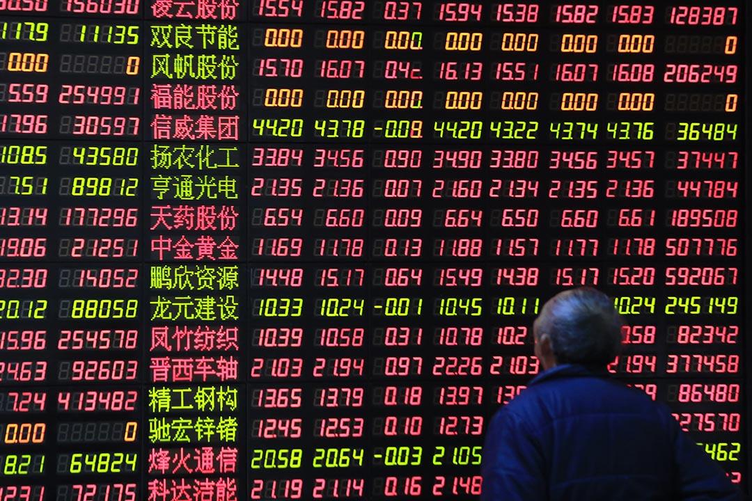 股民在證券行觀看股票報價。攝: Aly Song/REUTERS