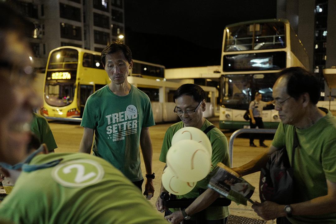 港島置富選區候選人姚松炎(左)。攝:Anthony Kwan/端傳媒