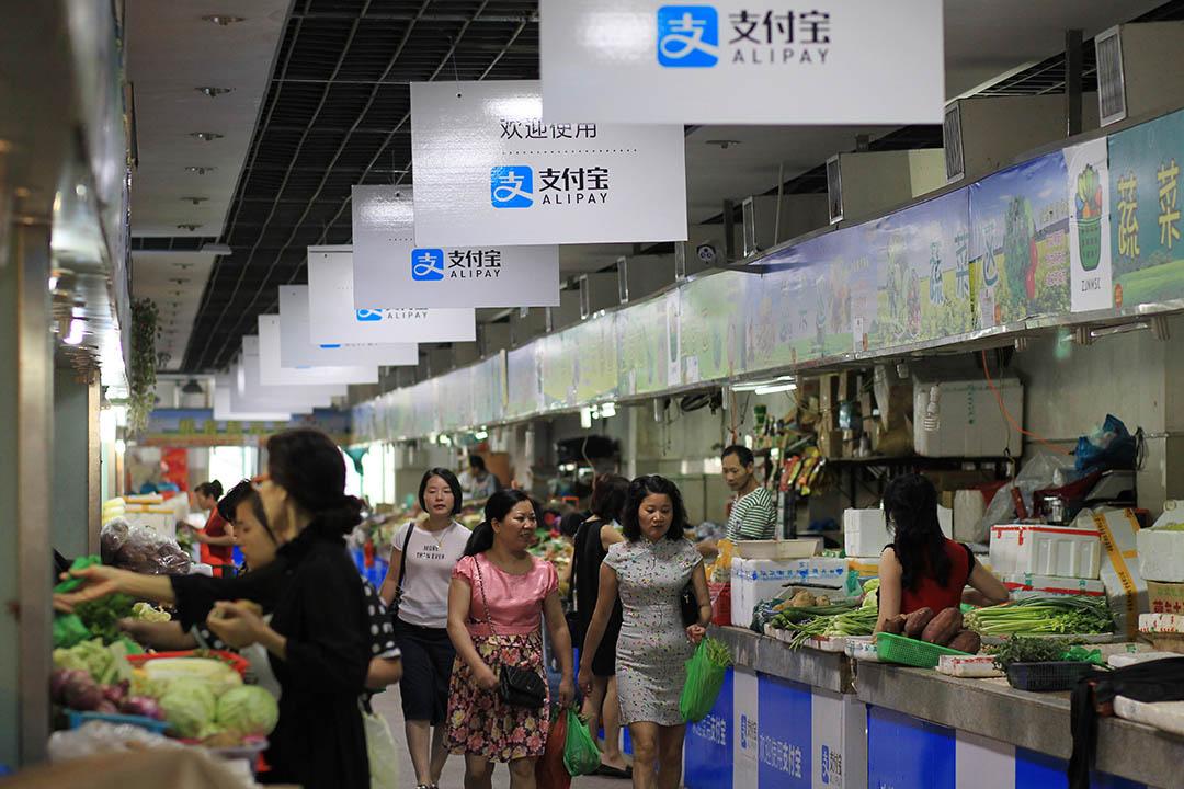 中國溫州的市場掛有支付寶的宣傳牌。攝:Kim Kyung-Hoon/REUTERS