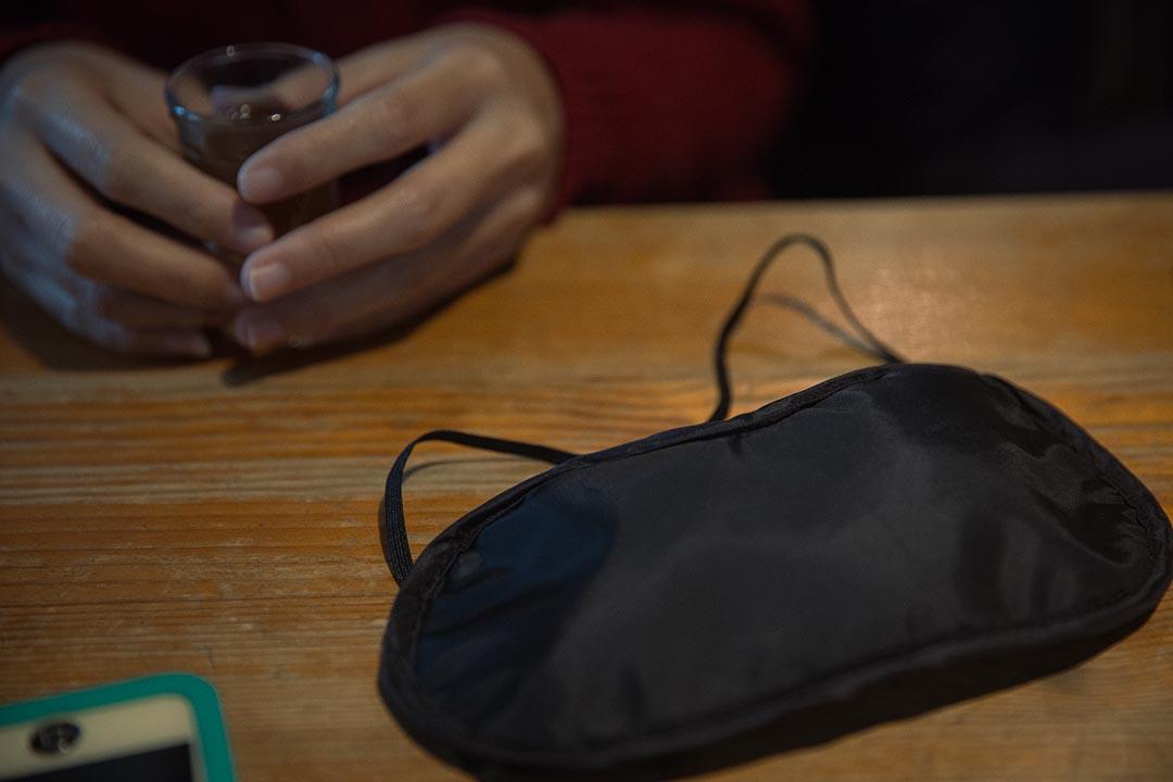 除了閉眼外,眼罩也可以讓觸感和聽覺代替視力接受外界感官,也是一種代償機制。攝:Billy H.C. Kwok/端傳媒