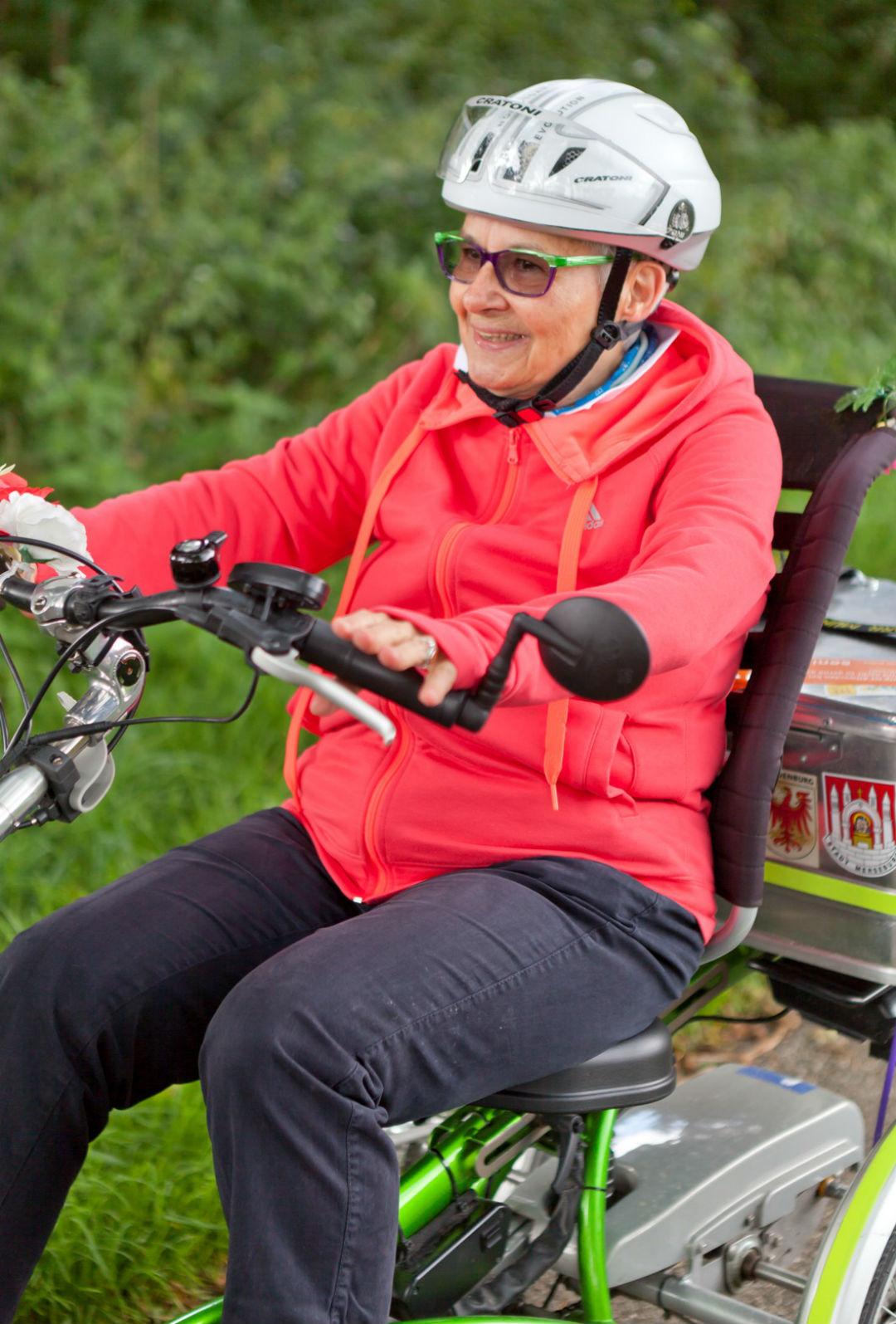 「德國長者獎」獲得者、76歲的慕尼黑婆婆騎著三輪車貫穿德國南北,她希望社會看到長者對生活的好奇心和對生命的熱枕。 攝:   Robert Bosch Stiftung/Traube 47