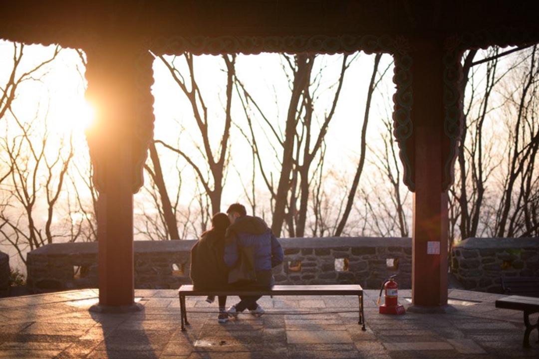 一對情侶在看日落。攝 : ED JONES / AFP