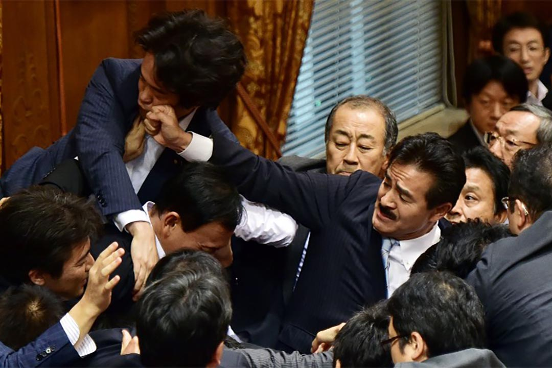 日本兩派議員為新安保法在議會扭打。攝:Yoshikazu TSUNO/AFP