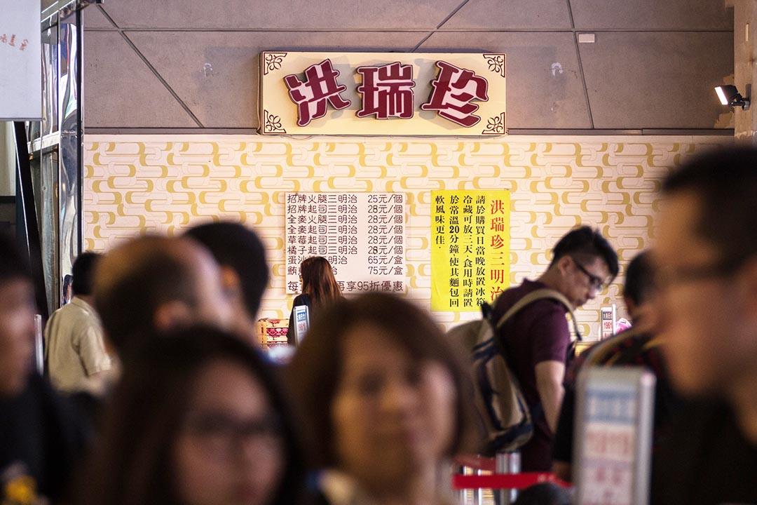 香港、澳門多人疑因食用台灣知名品牌洪瑞珍生產的三文治而出現食物中毒。圖為顧客在台北購買洪瑞珍三明治。攝: Billy H.C. Kwok/端傳媒