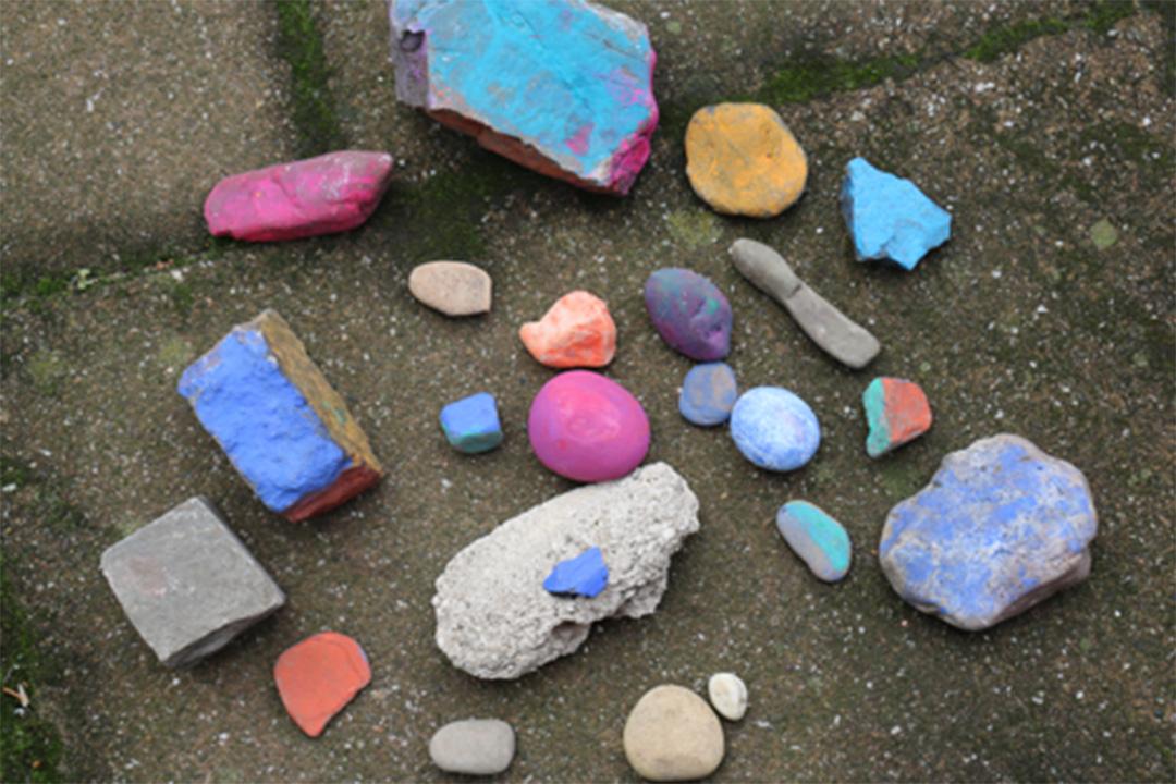 這些石頭來自世界各地。女兒Ka為它們塗上不同的顏色。相片由卡乎提供