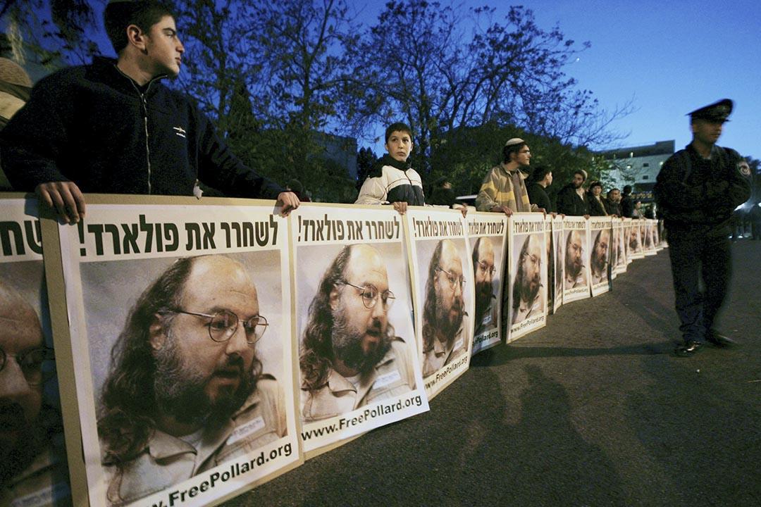 以色列示威者在喬納森·波拉德 (Jonathan Pollard) 海報前要求釋放喬納森·波拉德。 攝: Ronen Zvulun/REUTERS