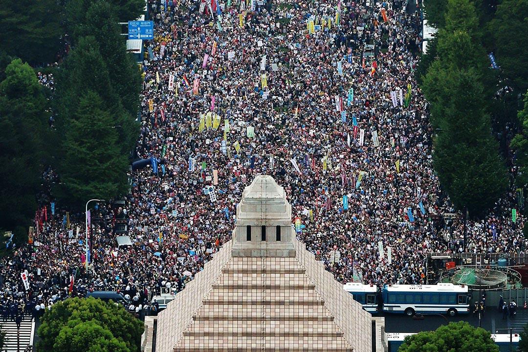 8月30日,日本國會大樓前的要道被抗議民眾填滿,反對首相安倍晉三推動的新安保法案。攝 : KyodoREUTERS