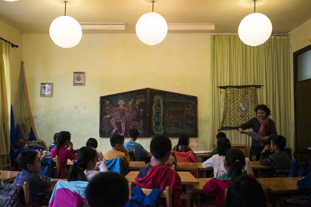 四年級的老師給同學們上語文課。攝:Wu Yue/端傳媒
