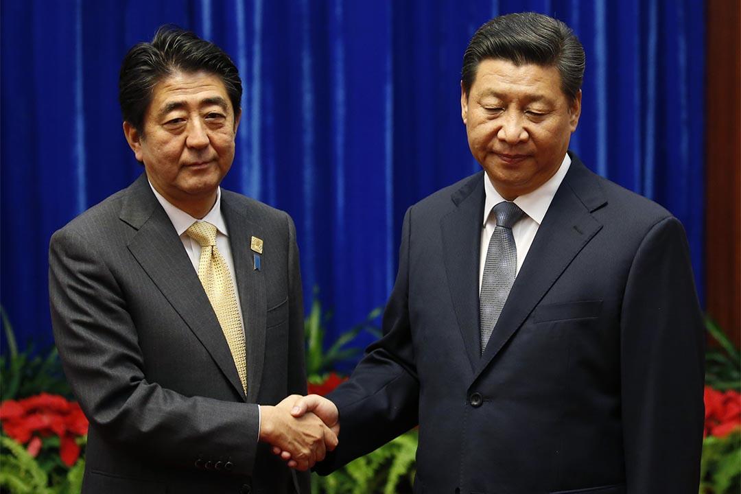 2014年,APEC會議上中國國家主席習近平與日本首相安倍晉三進行會面。攝: Kim Kyung-Hoon-Pool/Getty