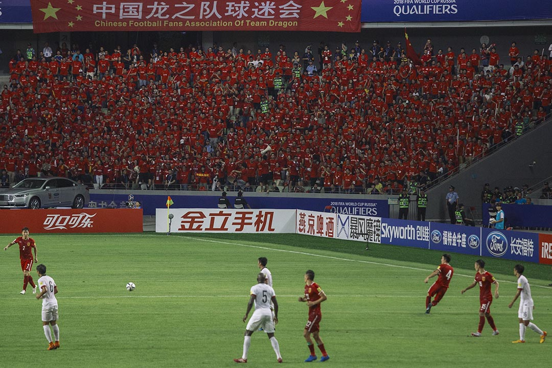 國家隊的官方打氣團中國龍之隊球迷會亦有到場為國家隊打氣。攝 : 葉家豪/端傳媒