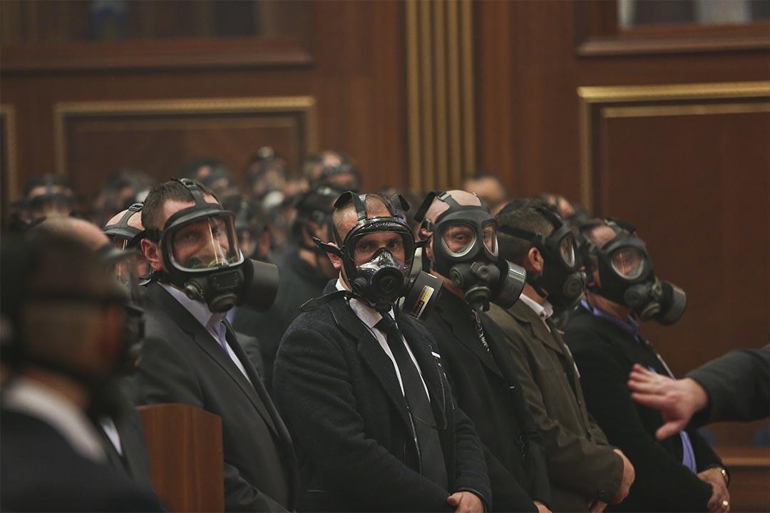 科索沃反對派議員投放催淚彈,干擾議會會議,警察戴着防毒面具站崗。攝:Visar Kryeziu/AP