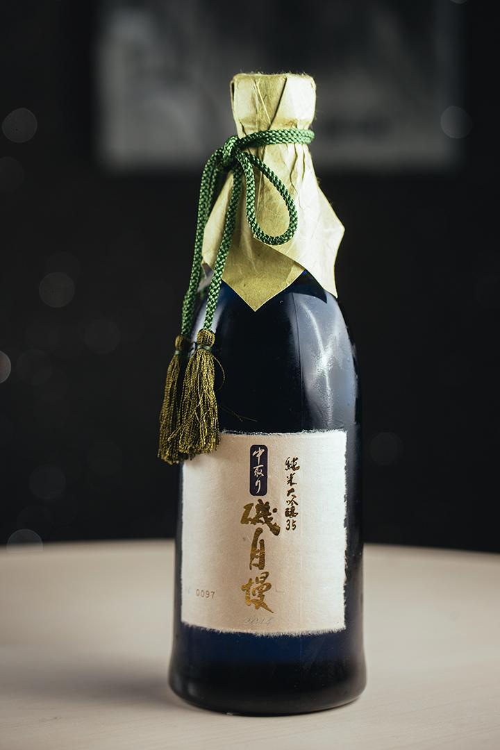 磯自慢「純米大吟醸」中取り 35 - 在日本國內獲獎多不勝數,曾為 2008 年第 34 屆北海道 G8 高峰會的乾杯酒。這酒能代表日本招待各國元首,足見其過人之處。這酒富白桃、哈密瓜、冬瓜及香蕉的果香,又滲透着花香,入口清新細緻,香氣縈繞不絕。口感平滑細緻,使人回味無窮。每年限量生產一千瓶。攝 : 王嘉豪/端傳媒