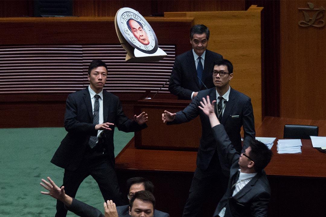 2015年10月22日,在行政長官答問大會期間有議員向特首梁振英投擲示威道具。攝:盧翊銘/端傳媒
