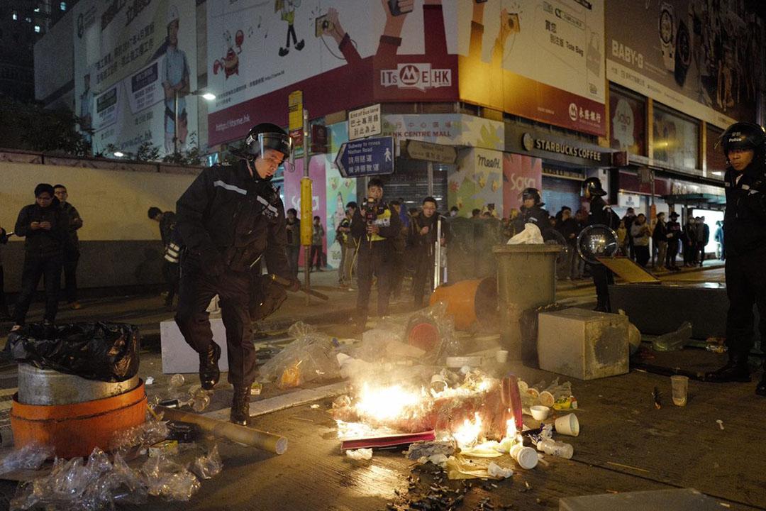 2016年2月9日凌晨二時,旺角,有示威者在彌敦道焚燒雜物。攝:Anthony Kwan/端傳媒