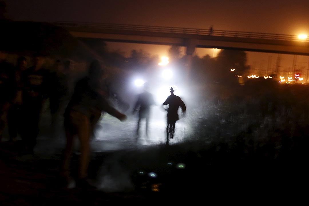 難民嘗試從法國加萊港經英法海底隧道偷渡至英國,期間遇上警察的追捕。