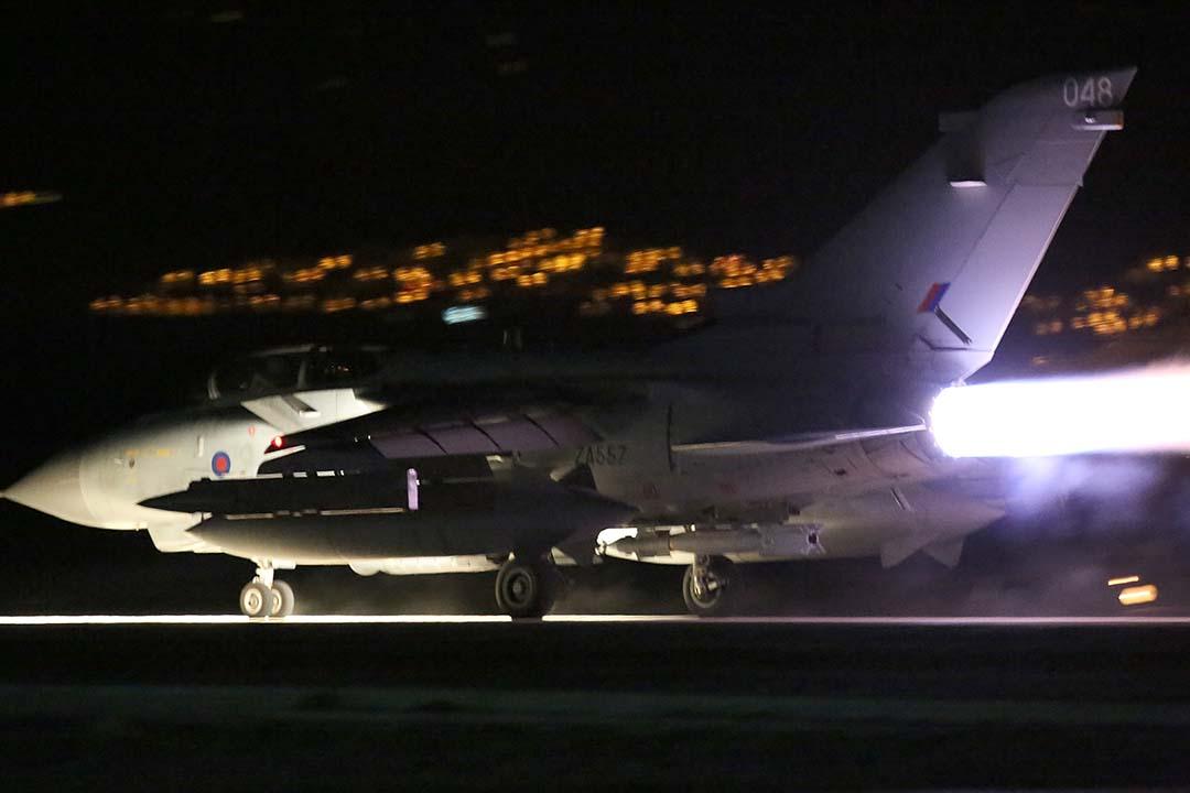 12月3日,英國戰機從位於塞浦路斯的阿克羅蒂里皇家空軍基地(RAF Akrotiri)起飛,空襲敘利亞境內的IS據點。攝:Matt Cardy/Getty