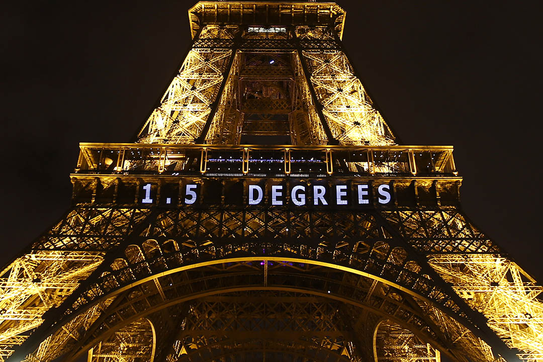 2015年12月11日,巴黎,氣候峰會舉行期間巴黎鐵塔上投影「一點五度」的標語,呼籲各國把全球氣溫上升的度數控制在攝氏一點五度之內。攝:Francois Mori/AP