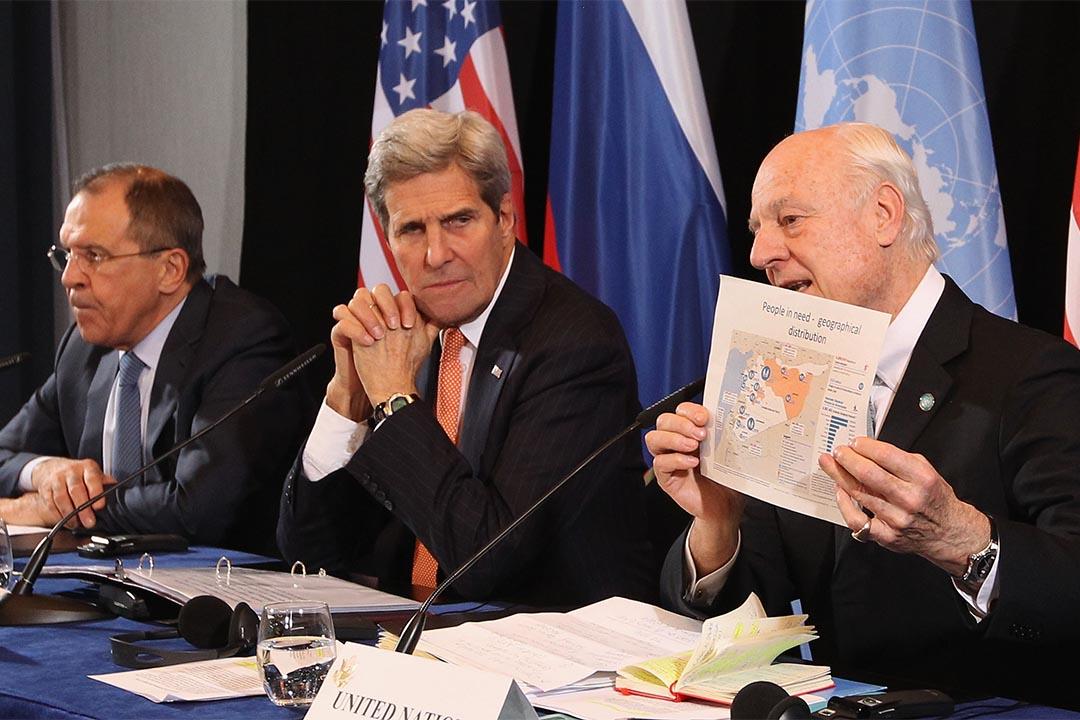 2月11日,德國慕尼黑,俄羅斯外長拉夫羅夫(左),美國國務卿克里(中)與聯合國敘利亞特使德米斯圖拉(右)在召開會議後會見傳媒。攝:Alexandra Beier/Getty