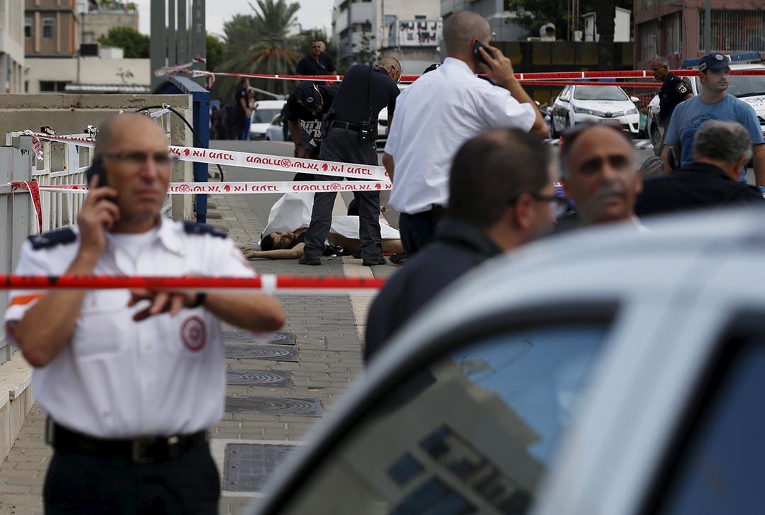 2015年10月8日 以色列特拉維夫 一名以色列男子在軍隊總部附近遇刺身亡,自從10月3日以來,已經發生了九起持刀捅人事件,行兇的主要是巴勒斯坦年輕人,其中四人在行刺時被警方擊斃。攝:Baz Ratner/ Reuters