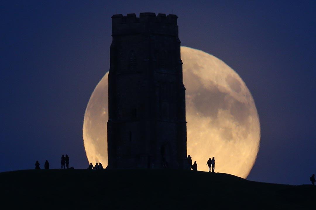 2015年9月27日,英國格拉斯頓伯里(Glastonbury),「超級月亮」在格拉斯頓伯里石山(Glastonbury Tor)後升起。攝:Matt Cardy/Getty